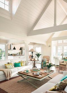 Salón en blanco con paredes de madera blancas y abierto a la cocina_385011b.jpg