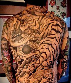 Sublime tigre tatoué sur le dos d'un garçon https://tattoo.egrafla.fr/2015/09/24/modeles-tatouage-homme-dos/