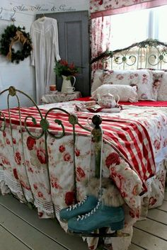 31 Amusing Vintage Bedroom Décor Ideas : 31 Amusing Vintage Bedroom Décor Ideas With Red White Floral Patterned Bed