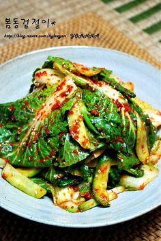 봄동은 노지에서 겨울을 났으며, 속이 꽉차지 않아서 옆으로 퍼진 배추를 말합니다. 달고 사각거리며 고소... K Food, Korean Food, Kimchi, Food Items, Food Plating, Japchae, Green Beans, Side Dishes, Salads