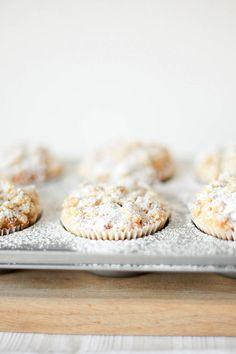 STILCAFE | BANANEN-RHABARBER-MUFFINS. Krispie Treats, Rice Krispies, Cereal, Breakfast, Desserts, Food, Rhubarb Muffins, Breakfast Cafe, Tailgate Desserts
