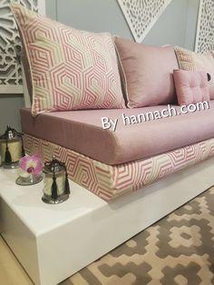 Le Salon IZYA est composé de deux accoudoirs diagonal avec une tablette sur le dessus qui permet de poser un verre de thé , votre portable ou télécommande… ,il existe aussi en noir et sur-mesure Vous pouvez payer en plusieurs fois 3 ou 4 fois sans frais, pour cela il faut : une … Small Living Room Design, Boho Living Room, Living Room Designs, Living Room Decor, Diy Home Gym, Diy Home Crafts, Wooden Pallet Furniture, Home Decor Furniture, Floor Seating