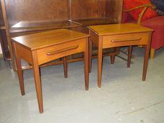 Pienet, sirot 70-luvun yöpöydät vetolaatikolla, siistikuntoiset ja tukevat, vähäisiä käytön jälkiä. Laatikot liikkuvat hyvin ja ovat siistit sisältä.  Leveys 45 cm, syvyys 31 cm, korkeus 45 cm.  Myydään parina, MYYTY.