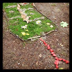 Sunnuntai, heinäkuun 15. Lapsen kuvataideleirin päätöspäivän näyttely oli täynnä taidetta. Pihalla luikerteli päivänkakkarasilmäinen käärme.