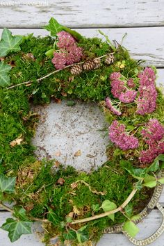 DIY moss wreath - simply homemade and fresh from nature - Mrs Greenery Diy Christmas Tree, Christmas Wreaths, Fruits Decoration, Anniversary Crafts, Moss Wreath, Fleurs Diy, Outside Decorations, Deco Floral, Fall Wreaths