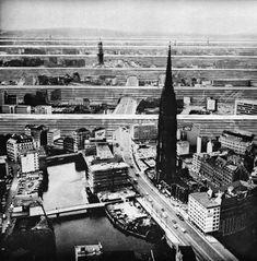 Linear city utopia forms polychroniadis: 'Quartieri paralleli per Berlino' by Archizoom design studio. Collage Architecture, Architecture Drawings, Concept Architecture, Futuristic Architecture, Cities, Photocollage, Built Environment, Urban Planning, Urban Design