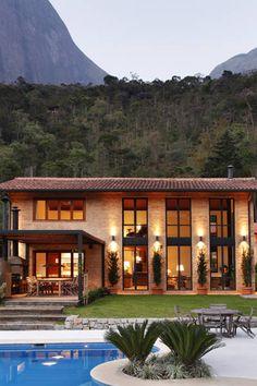 as luzes mais baixas, em tom amarelo, tornam o local mais aconchegante Dream Home Design, My Dream Home, House Design, Future House, My House, Mediterranean Homes, Home Fashion, Exterior Design, Architecture Design
