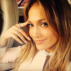 The Reason Jennifer Lopez's Manicure Always Looks Flawless? Press-On Nails - Makeup Hair Jennifer Lopez, Lopez Show, Best Press On Nails, Celebrity Airport Style, Celebrity Nails, Bikini Bod, Good Press, How To Look Skinnier, Thing 1