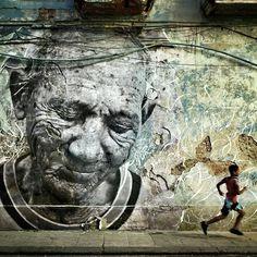 Street Art commemorates Cuban Revolution Survivors -----JR and Jose Parla are graffiti artists 3d Street Art, Best Street Art, Amazing Street Art, Street Art Graffiti, Street Artists, Amazing Art, Graffiti Artists, Urbane Kunst, Cuban Art