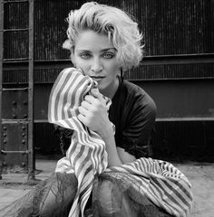 Richard Corman shows the music icon at the beginning of her long musical journey, just months before Madonna rose to fame with her eponymous album. Music Icon, Pop Music, Grunge Fashion, Gothic Fashion, Women's Fashion, Divas Pop, La Madone, Photo Vintage, Idole