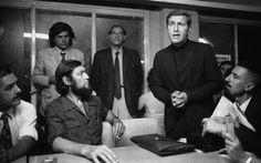 Comesaña. Julio Cortázar escucha al padre Carlos Mugica en la Federación Gráfica Bonaerense. Atrás Vicente Zito Lema y Jerónimo Podestá 1973