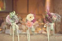 drei schön gestaltete Dekoelementen mit Blumen