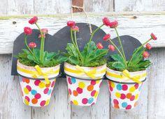 Blumentöpfe aus Terrakotta selbst bemalen - so geht´s. In der Anleitung zeigen wir wie ihr mit Punkten euren Garten und Balkon verschönern könnt.