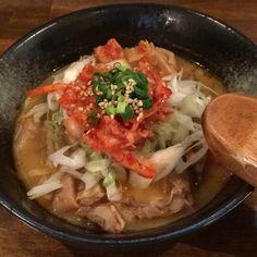 キムチのせ豚もつとゴボウの辛味噌煮込み
