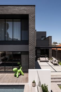 Gallery Of Urban House By Robeson Architects Local Australian Design And Interiors Shelton Park, Wa Image 17 Australian Architecture, Australian Homes, Interior Design Services, Home Interior Design, Courtyard Pool, Garden Pool, Modern Exterior, New Homes, Urban