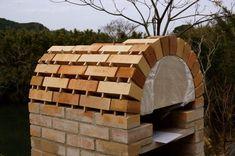 自作ピザ窯もいよいよ佳境に入ってまいりました。  ピザ窯のアーチ部分は男のロマンでもあるのですが、一番の不安でもあります。  かまぼこ木型はちゃんとサイズあっているか。クサビでちゃんと角度調整できて予定通りのレンガがち・・・ Diy Pizza Oven, Pizza Oven Outdoor, Backyard Kitchen, Fire Pit Backyard, Brick Projects, Brick Bbq, Diy Outdoor Bar, Patio Grill, Bread Oven