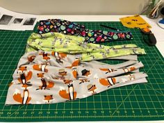 This project was developed through Lifebox, an NGO devoted to safer surgery in low-resource countries. Caps are much needed by frontline healthcare workers! Small Sewing Projects, Sewing Projects For Beginners, Sewing Hacks, Scrub Hat Patterns, Surgical Caps, Scrub Caps, Sewing Class, Couture, Sewing Clothes