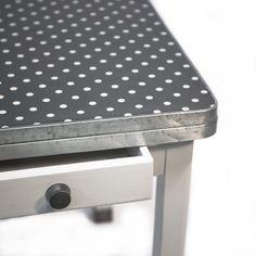 Comment réparer un meuble abimé, comment préparer le support, utiliser la pate à décaper, et quelles sont les étapes pour relooker des meubles. Découvrez des exemples concrets de relooking de meuble