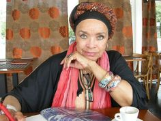 Celina Pereira. Contadora de estórias, escritora e cantora.