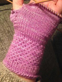 Anette L syr och skapar: Mjukaste mysvanten DIY Beanie Knitting Patterns Free, Wrist Warmers, Knit Mittens, Rose Buds, Diy Clothes, Fingerless Gloves, Crochet Top, Free Pattern, Embroidery