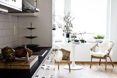 wicker chairs in white breakfast nook off kitchen. Via Hege Greenall-Scholtz