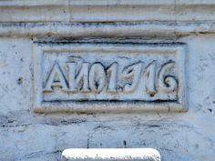 Cacería Tipográfica N° 286: Texto AÑO1.916 enmarcado en el ingreso de una casona de la  calle Antiquilla en Yanahuara, Arequipa.