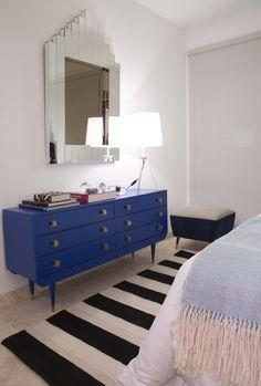 Estilo Pilar 2015 Bouquet El cuarto elegimos negros y azules intensos.  Comoda estilo americana azul, espejo art deco, alfombra rallada. SALAZAR casa