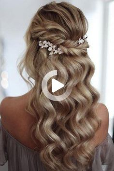 What about timeless wedding hairstyles? Have a peek of vintage wedding hairstyles from Gatsby-inspired looks to Old Hollywood glamour. #weddinghairstyles Wedding Hairstyles For Medium Hair, Elegant Hairstyles, Bride Hairstyles, Ponytail Hairstyles, Down Hairstyles, Bridesmaid Hairstyles, Vintage Wedding Hair, Wedding Hair Down, Timeless Wedding