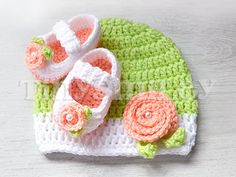 He encontrado este interesante anuncio de Etsy en https://www.etsy.com/es/listing/129255024/crochet-baby-booties-and-beanie-0-3-mo