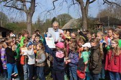 Die Zooschule Heidelberg (unter Trägerschaft von Initiative Zooerlebnis e.V.) bringt mit ihrer Bildungsarbeit den Zoobesuchern die biologische Vielfalt nahe und sensibilisiert sie für deren Schutz. Bürgermeister Erichson übergibt stellvertretend den Ferienkindern die Auszeichnung_kl