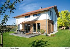Fassade und Dachform Die Verkleidung aus Lärchenholz und die verputzten Wandflächen gliedern die Fassade klar und reizvoll zugleich.