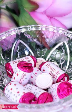 Deze #lovesweets zijn #snoepjes met een hartje erin. Jullie persoonlijke wikkel met eigen #bedanktekst valt in goede handen bij de gasten van jullie #bruiloft. Een zoet afscheid met een lekker #huwelijksbedankje