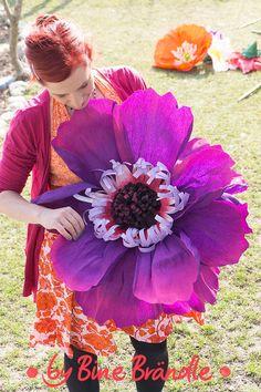 """Riesengroße Papier-Blüte aus Floristen-Krepppapier ganz einfach selber basteln. Eine gigantische Dekoration für Partys, Gartenfeste, Schaufenster, oder als Fotorequisite. Idee und Anleitung aus dem Buch: """"Meine bunte Bastelwelt"""", von Bine Brändle"""