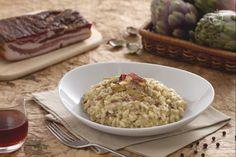 Il risotto con crema di carciofi e pancetta croccante è un primo piatto gustoso, ideale per una cena informale sia invernale che estiva