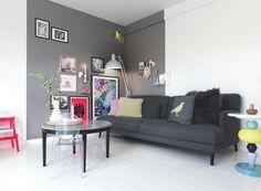 Mal henover et hjørne Har du køkkenalrum og stue i samme rum, kan du male henover et hjørne. Det er både med til opdele rummet og giver samtidig ekstra hygge i hjørnet. I stuen er der her brugt farven 'Torden' fra Dyrup.