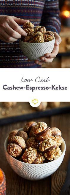 Warum nur einen Keks auf einmal essen, wenn man von diesen knusprigen Cashew-Doppeldecker-Keksen mit Espresso-Creme auch zwei auf einen Happs haben kann?