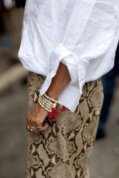 Classic Linen Shirt + Animal Pattern + Ethnic Bracelets I like this snake print. Fashion Details, Look Fashion, Feminine Fashion, Fashion Styles, Street Fashion, Fashion Ideas, Fashion Design, Mode Outfits, Fashion Outfits