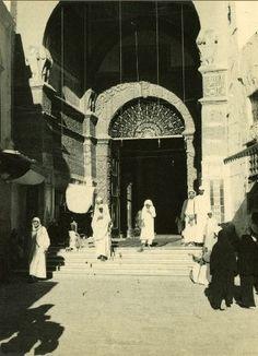 باب السلام، المسجد النبوي الشريف عام ١٩٥١. تم التقاط هذه الصور من قبل بعثة مصرية درست التطوير الهندسي و المعماري للحرمين.  Bab Al Salam Gate, The Holy Medinah Mosque in 1951.