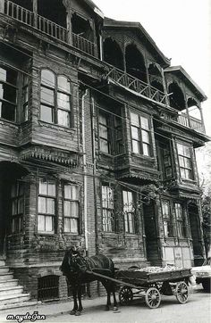 Turkish Architecture, Vernacular Architecture, Urban Architecture, Pictures Of Turkeys, Old Pictures, Istanbul City, Istanbul Turkey, Abandoned Houses, Old Houses