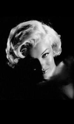 "promotional photos of Marilyn for the film ""Gentlemen prefer blondes"" by Howard HAWKS, signed Frank POWOLNY (part Marylin Monroe, Marilyn Monroe Wallpaper, Marilyn Monroe Fotos, Vintage Hollywood, Hollywood Glamour, Classic Hollywood, Hollywood Style, Gentlemen Prefer Blondes, Brigitte Bardot"
