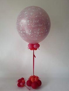 Der Exploding Ballon wird mit bis zu 100 kleinen Herz- oder Rundballons gefüllt, die nach dem öffnen in den Himmel steigen. Ein echtes Highlight zu jeder Trauung. Balloons, Small Balloons, Newlyweds, Heavens, Heart, Gifts, Nice Asses, Globes, Balloon