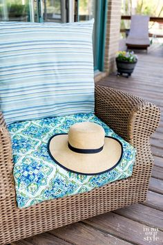 Easy Ways to Make Indoor and Outdoor Chair Cushion Covers Lawn Furniture Cushions, Outdoor Chair Cushions, Furniture Slipcovers, Furniture Covers, Outdoor Chairs, Outdoor Furniture, Furniture Layout, Furniture Projects, Diy Furniture