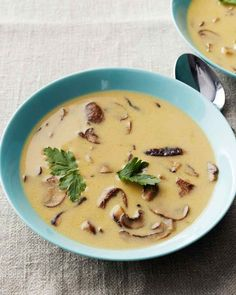 soups recipes French Mushroom Soup Martha Stewart's Cooking School Source by shylakumar Martha Stewart Cooking School, Mushroom Soup Recipes, Soup And Sandwich, Soup And Salad, Soups And Stews, Stuffed Mushrooms, Wild Mushrooms, Yummy Food, Favorite Recipes
