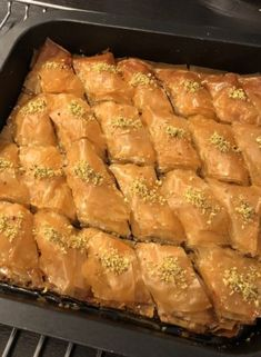 Eid Dessert Recipes, Sweets Recipes, Mini Desserts, Easy Cooking, Cooking Recipes, Pistachio Baklava, Turkish Baklava, Lebanese Desserts, Baklava Recipe
