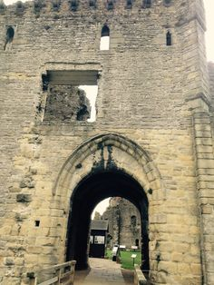 This is the gate in the north east corner of Middleham Castle, through which Edward IV and his much reduced entourage came in August, 1469, for a couple of months of castle arrest.