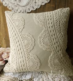 Len a krajky Shabby Chic / Zboží prodejce Andin Sewing Pillows, Diy Pillows, Decorative Pillows, Bed Cover Design, Sewing Crafts, Sewing Projects, Doily Art, Doilies Crafts, Hand Embroidery Flowers