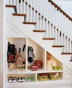 Almacenaje bajo la escalera.