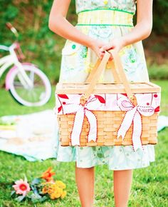 picnic basket decorated with bows  #ANRPicnic