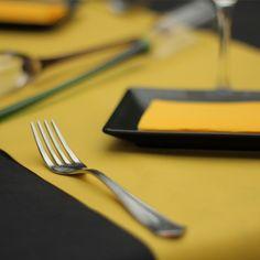 Combinar la #vajilla con los #colores de los #manteles de tu #restaurante es perfecto para garantizar una armonía en todas tus mesas. Gracias a la gama de #colores y #acabados de #Muropapel es más facil conseguirlo.  Para la foto se ha utilizado un #mantel #novotex en #color #negro y el #caminodemesa y la #servilleta en color #amarillo