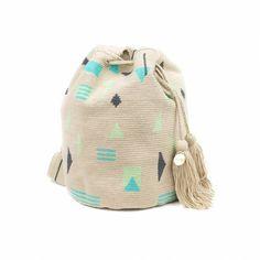 Elbolso Guanábananos invita a viajar con cada colección. Este bolso ha sidocreadoa mano en crochet por los artesanos del pueblo Wayuu en Colombia. Acabado con dos pompones, y una medallita en bronce con nuestro nombre de marca y las palabras BE POSITIVE. Tapestry Bag, Tapestry Crochet, Bucket Bag, Beanie, Lily, Hats, Inspiration, Projects, Fashion